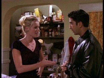 Friends: Rebecca Romijn e David Schwimmer nell'episodio Catering per funerali