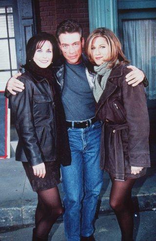 Friends: Courtney Cox, Jean Cluade Van Damme e Jennifer Aniston sul set dell'episodio Il grande Marcel