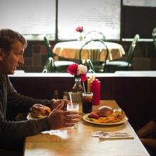 The Leftovers: Christopher Eccleston e Justin Theroux nell'episodio The Prodigal Son Returns