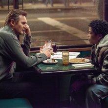 La preda perfetta: Liam Neeson con il giovane Astro in una scena
