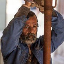 La nostra terra: Nicola Rignanese nei panni di Veleno in una scena del film