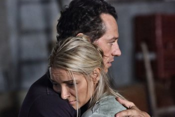 La nostra terra: Stefano Accorsi con Maria Rosaria Russo in una scena del film
