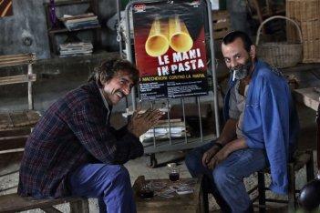 La nostra terra: Sergio Rubini con Nicola Rignanese in una scena del film