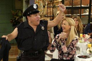 Friends: Danny DeVito e Lisa Kudrow nell'episodio La danza del poliziotto