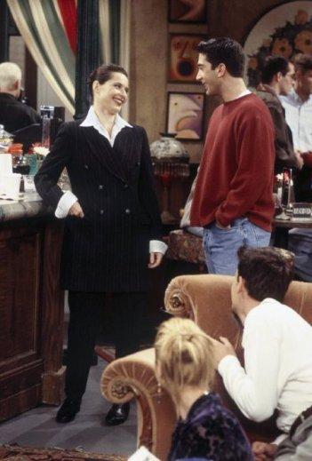 Friends: Isabella Rossellini e David Schwimmer nell'episodio La cassetta della posta