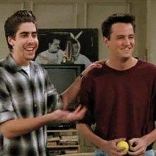 Friends: Matthew Perry e Adam Goldberg in una scena dell'episodio Il nuovo coinquilino