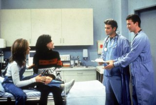 Friends: Jennifer Aniston, Courtney Cox, Noah Wyle e George Clooney nell'episodio Vivere intensamente - 2° parte