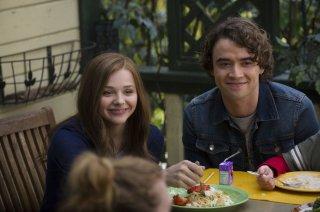 Resta anche domani: Chloe Moretz e Jamie Blackley sorridono in una scena del film