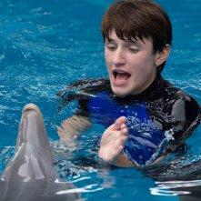 L'incredibile storia di Winter il delfino 2: Nathan Gamble in acqua col suo amico delfino in una scena
