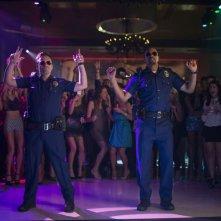 Bastardi in divisa: Jake M. Johnson sulla pista da ballo con Damon Wayans Jr. in una scena del film