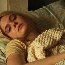 Low Down: un primo piano di Elle Fanning a letto