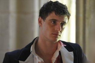 Max Irons in una scena di Posh