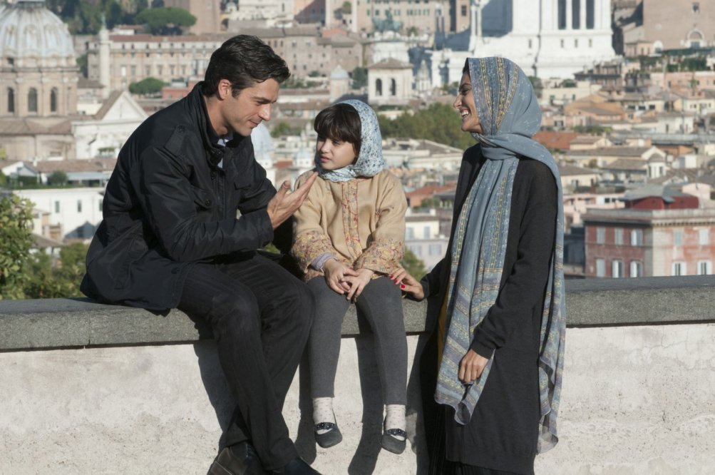 Ragion di Stato: Luca Argentero con Elettra Rossiello e Saadet Aksoy in una scena
