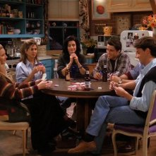Friends: il cast in una scena dell'episodio Lezioni di poker