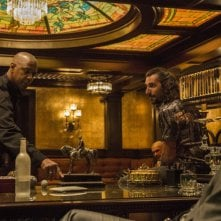The Equalizer - Il vendicatore: Denzel Washington con Alex Veadov in una scena