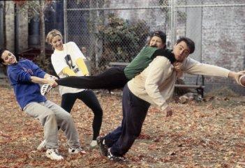 Friends: il cast in una scena dell'episodio La coppa Geller