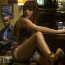 The Equalizer - Il vendicatore: Denzel Washington osserva Chloe Moretz in una scena