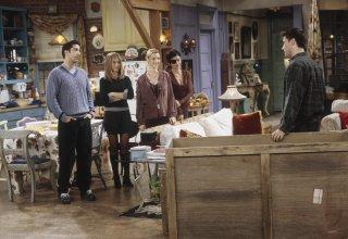 Friends: il cast in una scena dell'episodio Sei ore di riflessione