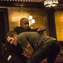 The Equalizer - Il vendicatore: Denzel Washington lotta con Nash Edgerton in una scena d'azione