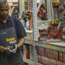 The Equalizer - Il vendicatore: Denzel Washington in una scena del film nei panni di Robert McCall