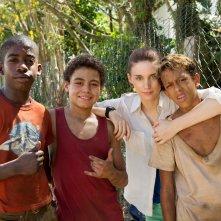 Trash: Rooney Mara con il giovane cast del film in una foto dal set
