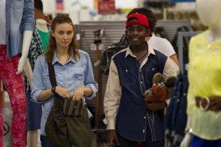 Trash: Rooney Mara con Rickson Tevez in una scena del film