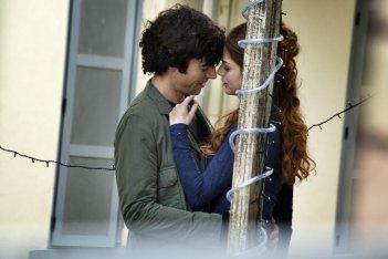 Fratelli Unici: Luca Argentero abbraccia teneramente Miriam Leone in una scena del film