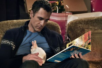 Fratelli Unici: Raoul Bova col suo coniglietto in una scena del film