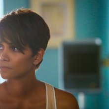 Extant: Halle Berry in una scena dell'episodio Before the Blood