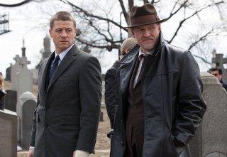 Gotham: Ben Mackenzie con Donal Logue durante una scena della premiere della serie