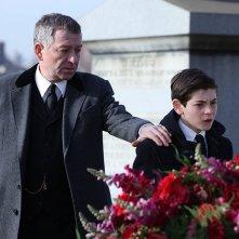 Gotham: Sean Pertwee e David Mazouz in una scena della premiere della serie