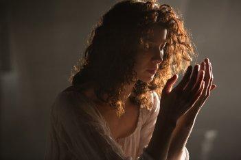 Outlander: Caitriona Balfe nell'episodio The Wedding
