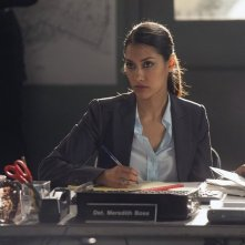 The Mysteries of Laura: Janina Gavankar in una scena del pilot