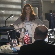 The Mysteries of Laura: Debra Messing in un momento del pilot