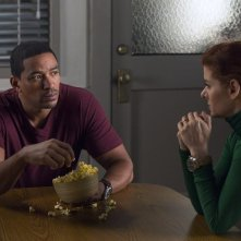 The Mysteries of Laura: Debra Messing e Laz Alonso in una scena del pilot