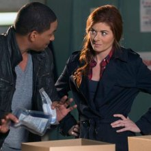 The Mysteries of Laura: Laz Alonso e Debra Messing in una scena del pilot
