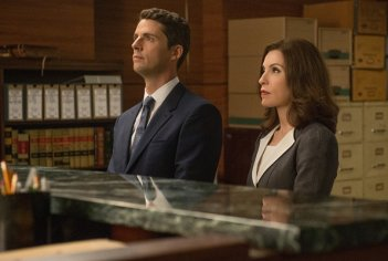 The Good Wife: Matthew Goode e Julianna Margulies nell'episodio The Line