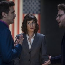 The Interview: James Franco e Seth Rogen dialogano animatamente di fronte a Lizzy Caplan
