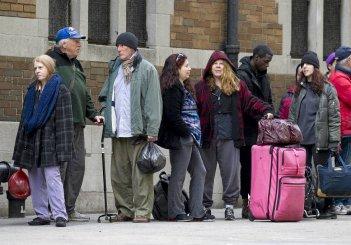 Time Out of Mind: Richard Gere nei panni di un homeless in coda per un aiuto in una scena del film