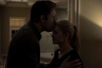 L'amore bugiardo - Gone Girl: Ben Affleck insieme a Rosamund Pike in una scena