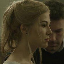 L'amore bugiardo - Gone Girl: Ben Affleck con Rosamund Pike in una scena del film