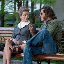 Vizio di forma: Joaquin Phoenix e Reese Witherspoon discutono seduti su una panchina