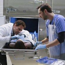 Forever: Joel David Moore con  Ioan Gruffudd nell'episodio Look Beofre You Leap