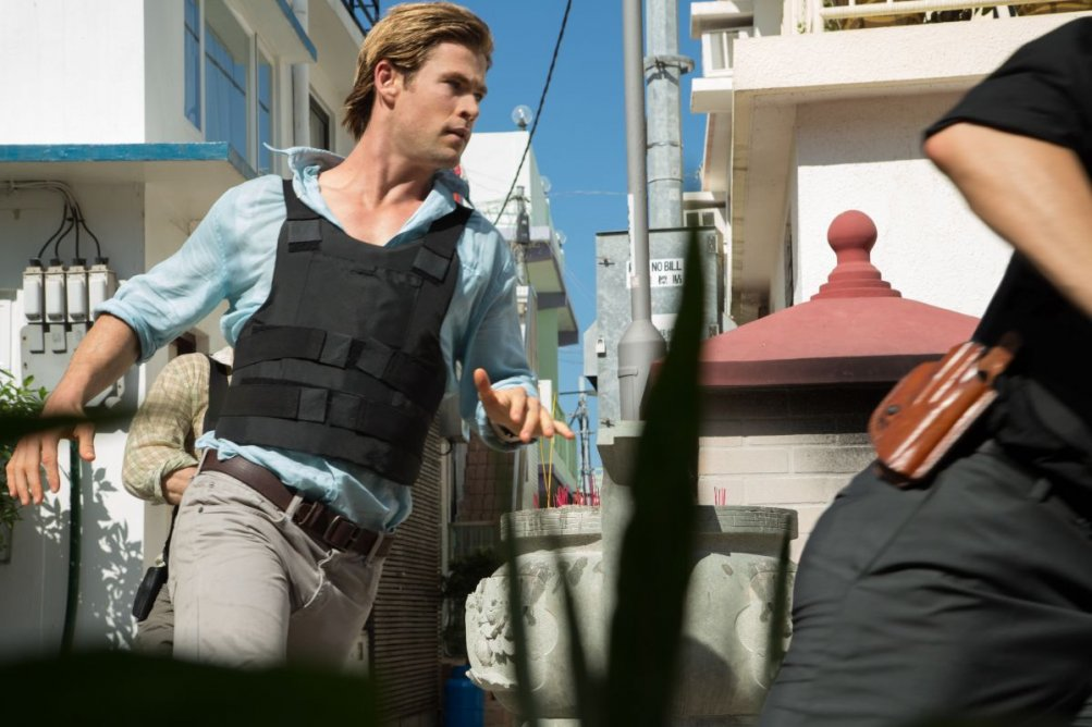 Blackhat: Chris Hemsworth in una scena d'azione del film