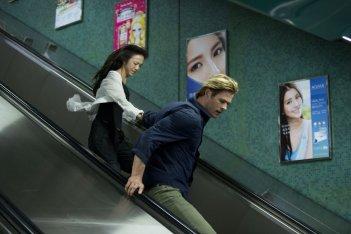 Blackhat: Chris Hemsworth e Wei Tang in fuga in una scena del film