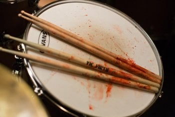 Whiplash: bacchette insanguinate in una scena del film