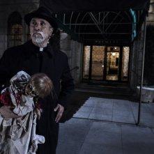 Annabelle: Tony Amendola in una scena tratta dall'horror