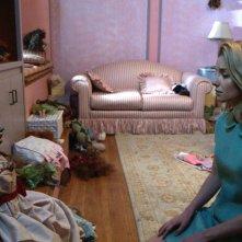 Annabelle: Annabelle Wallis guarda la bambola malefica in una scena