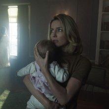 Annabelle Wallis in una scena dell'horror Annabelle