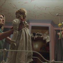 Annabelle: Annabelle Wallis in un'inquietante immagine del film